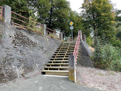 SIKRET: Nå er en ny og sikrere trapp på plass ned til Bråvoldparken.