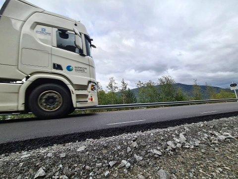 KRITISK: Transportbransjen er kritisk til oppgraderingen av Tinnsjøveien mellom Mæl og Prestura. En veteran i Telemarsk transportbransje - Arild Øverland- mener veien er i dårligere forfatning nå enn før veiarbeidet startet. Han driver Øverland Transport. Her en av deres vogntog på den nyasfalterte veien (foto Torfinn Skåttet)