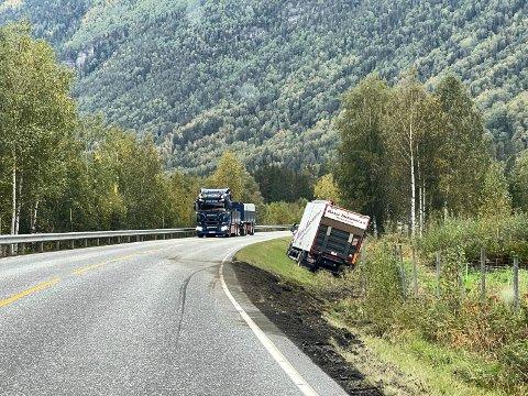 GRØFTA: Lastebilen var på vei til Rjukan med varer da den kjørte av veien. Politiet har ikke fått melding om personskader (alle foto : Patrick Hansen)