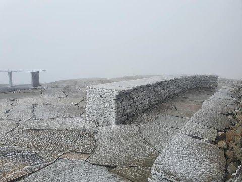 RIM: De siste tre dagene har det vært nattefrost og rimdannelse på Gaustatoppen, men torsdag kan det komme 10 centimeter snø.