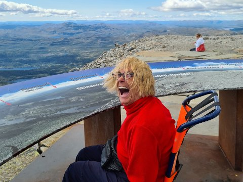 DRØMTE: Inger Bille har alltid drømt om å befinne seg akkurat her. På toppen av Telemarks tak, Gaustatoppen. Nylig fikk hun oppleve det hun aller innerst ønsket seg – til tross for funksjonshemmingen sin.