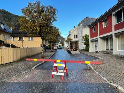 STENGT: Det pågår asfaltering i nedre del av Storgata i de tidlige tirsdagstimer.