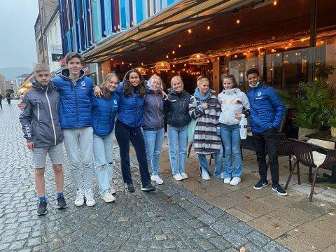 FRA RJUKAN TIL TRONDHEIM: (f.v.) Jens Samuelsen, Torolf Grimstad, Matilde Flor Størvold, Maria Bugge, Ella Zcimarzceck, Malene Storøygard, Hedda Samuelsen, Alvilde Kvaran og Ibrahim Hussein er klare for å delta i UM i friidrett i Trondheim.