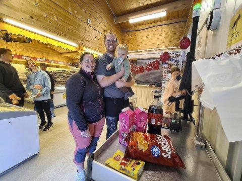 FORNØYD: Magne Grimsrud, Anne Karin Omli og sønnen Tarjei var første tessungdøler som testa den nye ubetjente butikken.