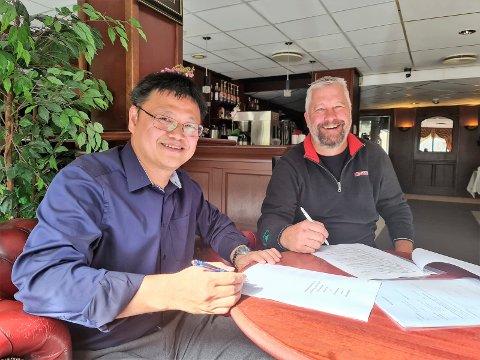 SIGNERING: Her underskriver Dick Hai Kang og Glenn Grumheden de siste papirene. Fra i dag er ikke Dick Hai Kang eier av Park Hotell.