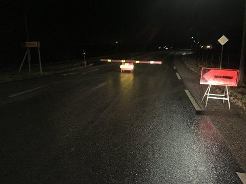 STENGT: Veien er sperret for all trafikk.