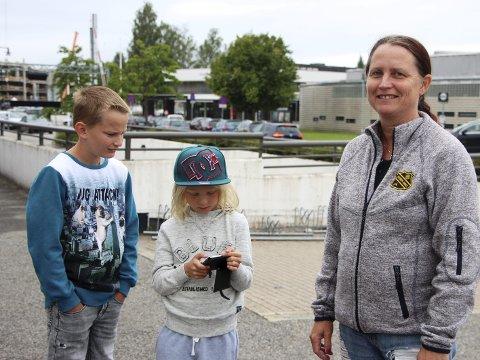 BEGRENSNINGER: Anita Utse har satt restriksjoner for kjøp i mobilspill, slik at barna Petter (t.v.) og Tinius ikke skal bruke penger.Foto: stine Granlund