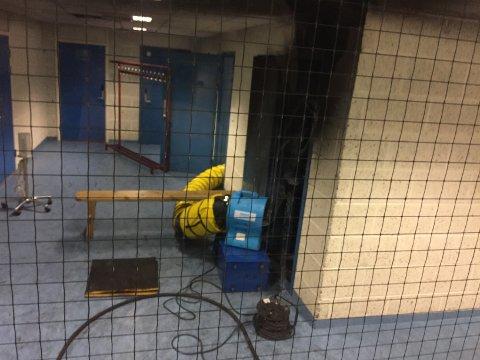 SKADENE: Det er tydelige skader på veggene etter brannen inne på toalettet. FOTO: RB-TIPSER