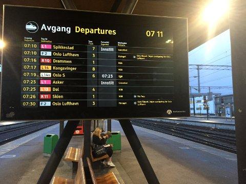 HARDT RAMMET: Lillestrøm stasjon torsdag morgen. FOTO: LARS LIER