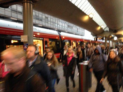 FULLE TOG: Slik så det ut da toget fra Dal ankom Oslo S rett over klokka 08 torsdag morgen. FOTO: IDA SAVE