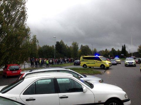 EVAKUERT: Elevene på skolen er evakuert ut på gata. FOTO: VIDAR SANDNES