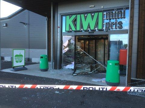 STORE SKADER: Sjokkbrekket har etterlatt tydelige spor i fronten på butikken. FOTO: NINA SKYRUD