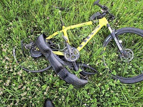 HARDT KVESTET: Både sykkelen og syklisten fikk hard medfart.Foto: Politiet