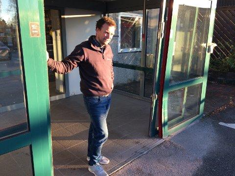 LITE TRIVELIG: Hele inngangspartiet var trykket inn da daglig leder Håkon Thiis-Evensen i Stangeskovenes butikk på Kløfta kom på jobb mandag morgen. Foto: Nina Skyrud