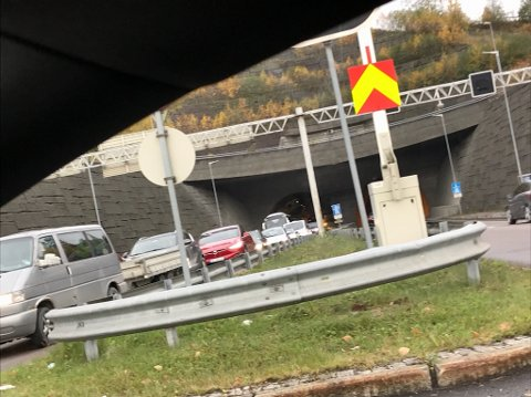 KØ-TRØBBEL: Trafikken står gjennom Rælingstunnelen.