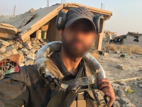 """""""En selfie jeg tok og sendte hjem til kjæresten min i Norge. Jeg har på meg et selvmordsbelte vi tok fra en død terrorist. Av en eller annen grunn ble hun ikke imponert"""", skriver """"Mike"""" om dette bildet."""
