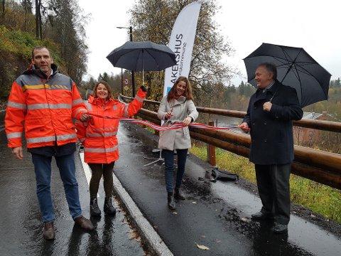 Tirsdag var den offisielle åpningen av fortauet ved Bårlidalen. Her med Nils Audun Karbø, Elin Hermanstad, Solveig Schytz og John-Erik Vika. Foto: Einar Søberg