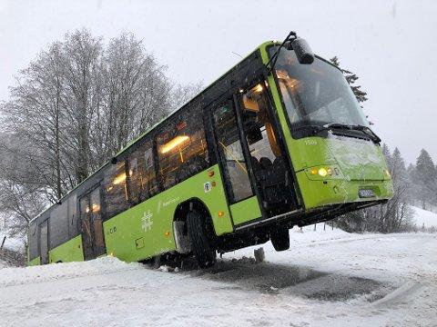 I LØSE LUFTA: Halve bussen ligger i grøfta og den andre halvparten henger i lufta. FOTO: TOM GUSTAVSEN