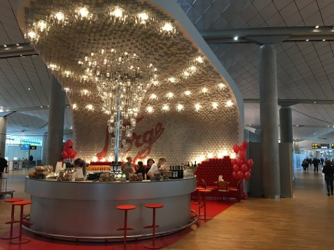 SÆRNORSK: Med 4.230 Norgesglass hengende i taket er det ingen overraskelse at det meste av drinkene blir servert i nettopp et Norgesglass.