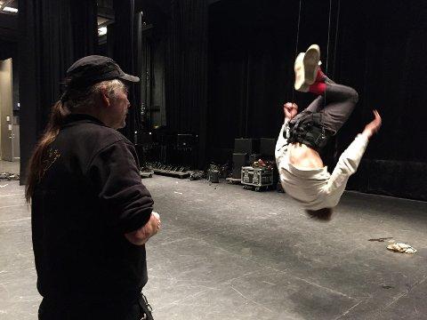 Profesjonell flyvesele: Med litt øvelse klarer Mikkel Maanum- alias Peter Pan- å rotere i luften med saltoer. Her fra hans første flyveprøve, under veiledning av scenemester John Johansen ved Lillestrøm kultursenter.