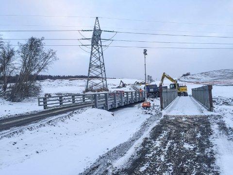 SNART KLART: Det er etablert to midlertidige bruer over Asakbekken på fylkesvei 256 Asakvegen i Sørum. Veien åpner denne uka. Foto: Rune Fjellvang