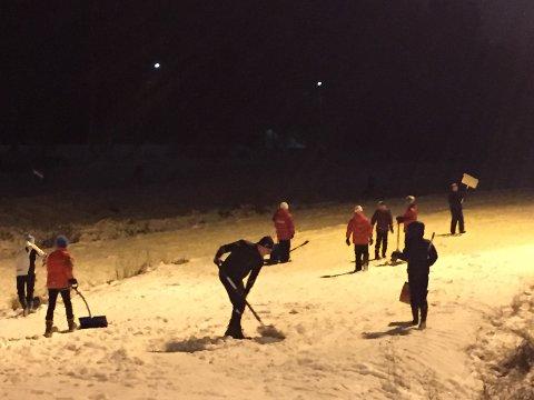 DUGNADSÅND: Rundt 70 barn og voksne sørget tirsdag for at den nå er mulig å ta seg en liten skitur i Tæruddalen.