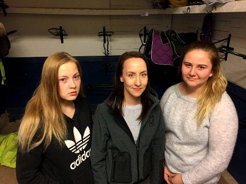 FORTVILER: Julia Torgersbråten (t.v.), Charlotte Rognhaug og Julie Monsrud fortviler etter at tyver stjal saler og annet hesteutstyr fra dem. FOTO: BJØRN IVAR BERGERUD