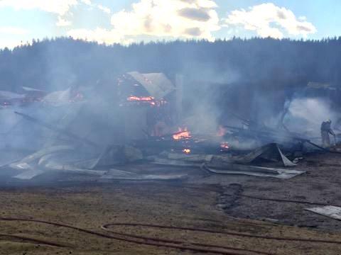 NEDBRENT: Låven var fullstendig overtent da brannmannskapene kom til stedet.