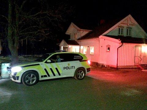 STORE STYRKER: Politiet rykket ut med alle tilgjengelige ressurser da de fikk melding om en kroppskrenkelse på Orderud gård torsdag kveld.