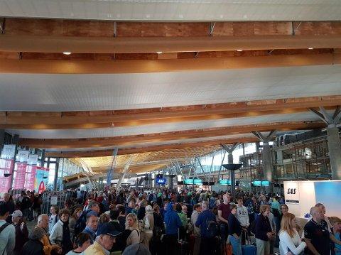 Oslo Lufthavn Gardermoen melder om ekstra ventetid for passasjer som skal levere fra seg bagasjen, grunnet tekniske problemer med bagasjeanlegget. Foto: Kjetil Manheim (Mediehuset Nettavisen)
