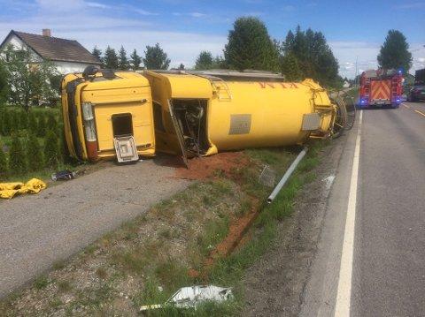 VELTET: Slambilen havnet utenfor veien og veltet over gangfeltet langs Algarheimsvegen. Foto: Remi B Presttun