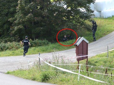 FUNNET: Her i et lite skogholt, cirka 100 meter fra ekteparets bolig ble mannen i 60-årene funnet av politiet.