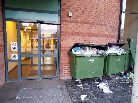 HER ER INNGANGEN: Til høyre for hovedinngangen står det tre-fire søppelkontainere som rett før helga var fylt til randen. Det lukter ille og er ifølge de som besøker sine pårørende ikke akkurat hyggelig å gå forbi. FOTO: JANNE BJØRKVALL