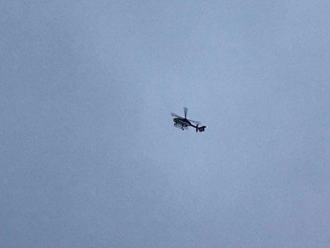 SØK FRA LUFTA: Det ble lett søndag formiddag med helikopter i området over Årnes sentrum. Foto: Per Stokkebryn