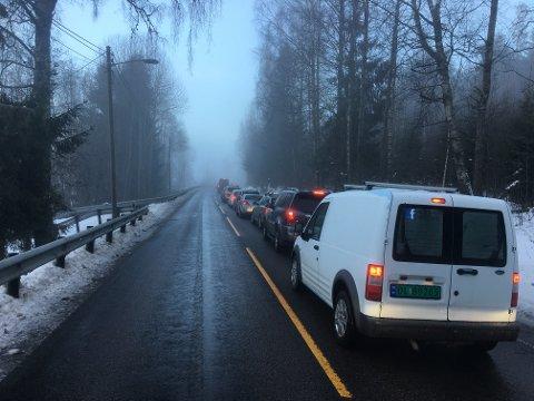 Trafikken er fullstendig sperret. Ifølge RB-fotgraf Vidar Sandnes har bilene nå begynt å snu.