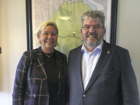 FØRSTE DAG: Rådmann Anita Orlund og Nannestad-ordfører Hans Thue er opprinnelig partifeller. Nå gleder den tidligere Skedsmo-ordføreren seg til å jobbe med samfunnsutvikling fra en ny posisjon. Foto: Nannestad kommune