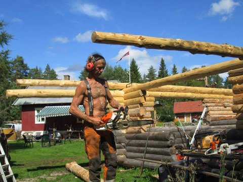 NESTEN SOM PÅ FARMEN: Håkan Pettersson hadde både bil og maskiner som motorsag da han bodde på småbruk, men ikke innlagt vann. – Prinsippene var de samme som på Farmen, forklarer han.