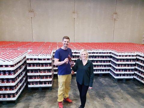 SKÅLER I JULEBRUS. Stein Are Moe ogKatrine Bergersen Klemp i Roma mineralvannfabrikk håper på et eventyrlig sallg for julebru på glassflaske.