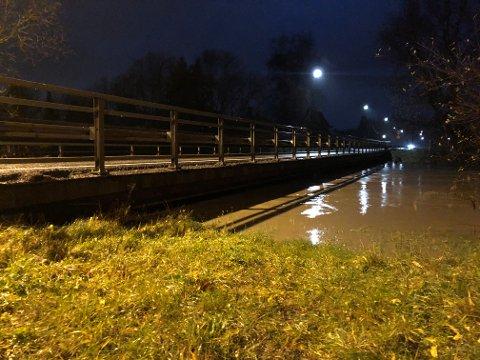 STENGT: Vannstanden i Leira har ført til at Leirsund bru er stengt.