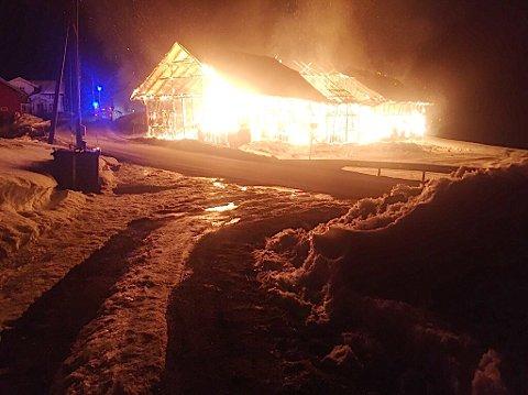 I FYR OG FLAMME: Som ild i tørt gress slukte flammene låvehuset.