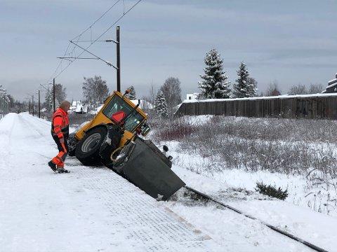 HINDRER TOGET: Brøytebilen står mellom perrongen og sporet på Nordby stasjon rett nord for Jessheim.