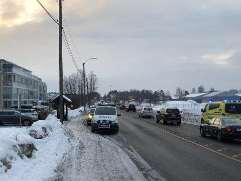 FUNNET LIVLØS: Mannen ble funnet utenfor bygget til venstre i Nordsnoveien på Kjeller. Foto: Tom Gustavsen
