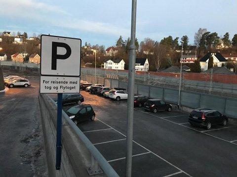 HER BLIR DET DYRT: Bane Nor fortsetter å fjerne gratis parkeringsplasser i Oslo-regionen. Her fra Lysaker stasjon, hvor prisen gikk fra null til 2150 kroner i måneden fra 1. februar. Foto: Halvor Ripegutu
