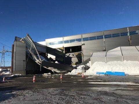 RAST SAMMEN: Et tilbygg på Maxbo Stormarked på Hvam raste i helgen sammen.