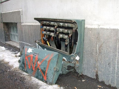 LIVSFARLIG: Hafslund advarer folk mot vinterskadde strømskap. I verste fall kan de medføre livsfare.