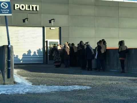 ENDA LENGER: Passkøen utenfor lensmannskontoret var lang tirsdag. Helt normalt, sier politiet.