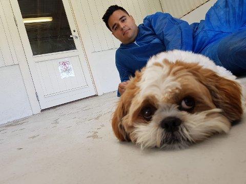 MÅ VÆRE I KARANTENE: På grunn av forskjeller i norske og brasilianske lover og regler må hunden Pipo tilbringe minst 96 dager i karantene før han kan gjenforenes med familien sin. Matfar Victor V. Oliveira Skilbred synes Mattilsynet er unødvendig vanskelige.