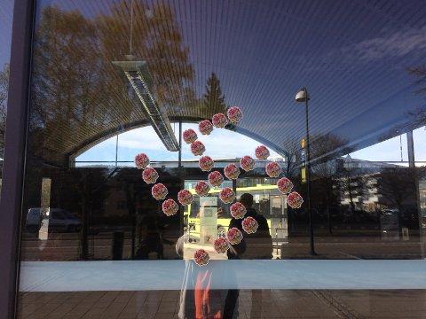HAKEKORS: Mandag morgen hadde dette hakekorset blitt hengt opp på Lillestrøm bussterminal.