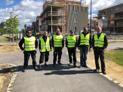 VAKT: Denne gjengen har stått streikevakt på Jessheim. Flere av montørene tilhører ikke selskapet Orona, men viser sin sympati. Foto: privat