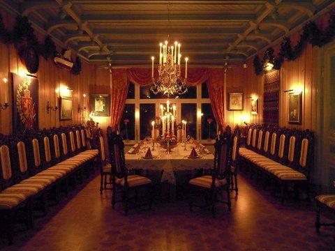 Eidsvoll 1814: Tømmeret i bygningen som ble reist midt på 1890-tallet, stammer fra en låve med tilknytning til Eidsvollsbygningen. Spisesalen er tilbakeført til stilen fra byggeåret.Begge foto:  Sem & Johnsen Eiendomsmegling